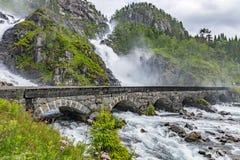 Καταρράκτης Langfossen θερινών βουνών στοκ φωτογραφία με δικαίωμα ελεύθερης χρήσης