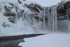 Καταρράκτης Skogafoss παγωμένος, ένας θησαυρός στην Ισλανδία Στοκ φωτογραφία με δικαίωμα ελεύθερης χρήσης
