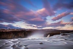Καταρράκτης Skogafoss της Ισλανδίας στο ισλανδικό τοπίο φύσης Διάσημος προορισμός τουριστικών αξιοθεάτων και ορόσημων στα ισλανδι στοκ φωτογραφίες