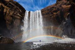 Καταρράκτης Skogafoss της Ισλανδίας στο τοπίο φύσης της Ισλανδίας Διάσημος προορισμός τουριστικών αξιοθεάτων και ορόσημων στην ισ στοκ εικόνα με δικαίωμα ελεύθερης χρήσης