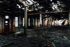 Καταρρέοντας πάτωμα & οροφή - εγκαταλειμμένο εργοστάσιο γυαλιού στοκ φωτογραφία με δικαίωμα ελεύθερης χρήσης