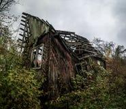 Καταρρεσμένο ξύλινο σπίτι χωρών Στοκ φωτογραφία με δικαίωμα ελεύθερης χρήσης