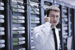 Κατασκευάζει την ομιλία τηλεφωνικώς στο δωμάτιο δικτύων Στοκ εικόνες με δικαίωμα ελεύθερης χρήσης
