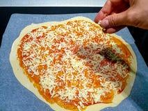 Κατασκευάζοντας μια σπιτική πίτσα στο σπίτι Μπορείτε να δείτε τη ζύμη  στοκ εικόνες