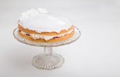 Κατασκευάζοντας τα κέικ σφουγγαριών, κέικ που διαδίδεται με τη μαρμελάδα/την κονσέρβα και buttercream και που παγώνεται με το άσπ Στοκ Εικόνες