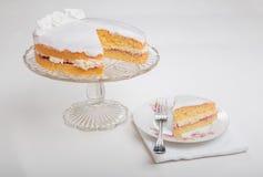 Κατασκευάζοντας τα κέικ σφουγγαριών, κέικ που διαδίδεται με τη μαρμελάδα/την κονσέρβα και buttercream και που παγώνεται με το άσπ Στοκ εικόνα με δικαίωμα ελεύθερης χρήσης