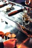 Κατασκευάζοντας τον καφέ espresso κοντά επάνω να απαριθμήσει με τη σύγχρονη μηχανή Στοκ Εικόνες