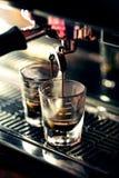Κατασκευάζοντας τον καφέ espresso κοντά επάνω να απαριθμήσει με τη σύγχρονη μηχανή Στοκ Φωτογραφία
