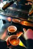 Κατασκευάζοντας τον καφέ espresso κοντά επάνω να απαριθμήσει με τη σύγχρονη μηχανή Στοκ Φωτογραφίες