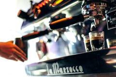 Κατασκευάζοντας τον καφέ espresso κοντά επάνω να απαριθμήσει με τη σύγχρονη μηχανή Στοκ φωτογραφία με δικαίωμα ελεύθερης χρήσης