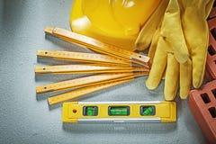 Κατασκευής επιπέδων κόκκινο ξύλινο mete γαντιών ασφάλειας καπέλων τούβλων σκληρό Στοκ Εικόνα