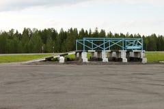 Κατασκευή ακρών του δρόμου για την επιθεώρηση και την επισκευή των αυτοκινήτων, τα οποία έχουν σπάσει με τον τρόπο Στοκ φωτογραφία με δικαίωμα ελεύθερης χρήσης
