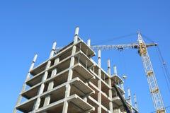 Κατασκευή γερανών Να στηριχτεί τους γερανούς στο εργοτάξιο οικοδομής με τους οικοδόμους Στοκ εικόνες με δικαίωμα ελεύθερης χρήσης