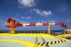 Κατασκευή γερανών στην πλατφόρμα πετρελαίου και εγκαταστάσεων γεώτρησης για το βαρύ φορτίο υποστήριξης, το φορτίο μεταφοράς ή το  Στοκ Φωτογραφία