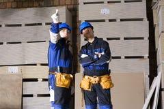 κατασκευή δύο εργαζόμεν Στοκ φωτογραφία με δικαίωμα ελεύθερης χρήσης