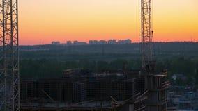 Κατασκευή ενός νέου κατοικημένου σπιτιού το βράδυ στο ηλιοβασίλεμα χρόνος-σφάλμα απόθεμα βίντεο