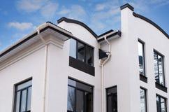 Κατασκευή ενός νέου σύγχρονου σπιτιού Πρόσφατα εγκατεστημένη υδρορροή βροχής στη στέγη σπιτιών Σύστημα υδρορροών βροχής σπιτιών π Στοκ Εικόνες