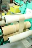 Κατασκευή ενός φυσικού κοχυλιού για το λουκάνικο Κοχύλι κολλαγόνων για τα λουκάνικα Βιομηχανία περιβλημάτων κολλαγόνων για τα προ Στοκ φωτογραφίες με δικαίωμα ελεύθερης χρήσης