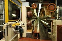 Κατασκευή ενός φυσικού κοχυλιού για το λουκάνικο Κοχύλι κολλαγόνων για τα λουκάνικα Βιομηχανία περιβλημάτων κολλαγόνων για τα προ Στοκ εικόνες με δικαίωμα ελεύθερης χρήσης