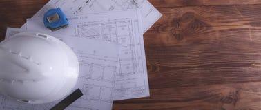 Κατασκευή και ξύλινο υπόβαθρο στοκ φωτογραφία με δικαίωμα ελεύθερης χρήσης