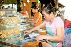 Κατασκευή καραμελών καρύδων σε Que Dua στο Ben Tre, Βιετνάμ Στοκ Φωτογραφίες