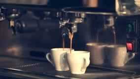 Κατασκευή καφέ - επαγγελματική μηχανή καφέ απόθεμα βίντεο