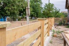 Κατασκευή λεπτομερειών των ξύλινων φρακτών Φράκτης αγροκτημάτων στοκ φωτογραφίες