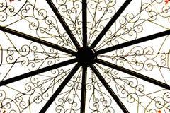 Κατασκευή μετάλλων, χρυσά σχέδια λουλουδιών στο άσπρο υπόβαθρο στοκ εικόνες