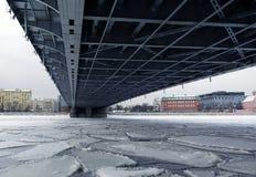 Κατασκευή μετάλλων της έκτασης γεφυρών πέρα από τον πάγο Στοκ Εικόνες