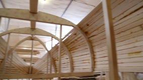 Κατασκευή μιας βάρκας στο ναυπηγείο απόθεμα βίντεο