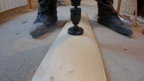 Κατασκευή μιας τεχνολογικής τρύπας σε μια ξύλινη λουρίδα, που χρησιμοποιεί μια κορώνα στο ξύλο απόθεμα βίντεο