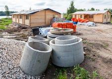 Κατασκευή νέα ξύλινα σπίτια στη θερινή νεφελώδη ημέρα Στοκ Εικόνα