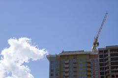 Κατασκευή, πολυόροφο κτίριο, γερανός πύργων οικοδόμησης κοντά επάνω Στοκ φωτογραφίες με δικαίωμα ελεύθερης χρήσης