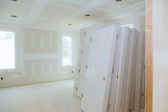 Κατασκευή που χτίζει τη νέα ταινία ξηρών τοίχων εγχώριας κατασκευής εσωτερική Τοίχοι ασβεστοκονιάματος γύψου οικοδόμησης κτηρίου Στοκ Φωτογραφίες
