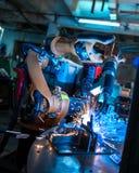 κατασκευή Ρομποτικό μέταλλο συγκόλλησης μηχανών στοκ φωτογραφία με δικαίωμα ελεύθερης χρήσης
