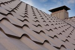 Κατασκευή στεγών μετάλλων ενάντια στο μπλε ουρανό Υλικά υλικού κατασκευής σκεπής Στέγη σπιτιών μετάλλων Οικοδομικά υλικά οικοδόμη Στοκ εικόνες με δικαίωμα ελεύθερης χρήσης
