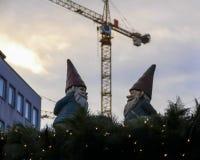 Κατασκευή στενός κόκκινος χρόνος Χριστουγέννων ανασκόπησης επάνω διακόσμηση υπαίθρια Στοκ εικόνες με δικαίωμα ελεύθερης χρήσης