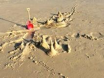 Κατασκευή σωρών άμμου παιχνιδιού Στοκ Εικόνες