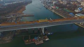Κατασκευή της γέφυρας πέρα από τον ποταμό απόθεμα βίντεο