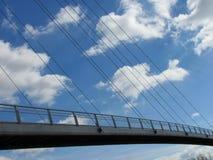 Κατασκευή της γέφυρας σιδήρου πέρα από τον ποταμό στα βαθιά δάση στο midle της Ευρώπης στοκ εικόνα