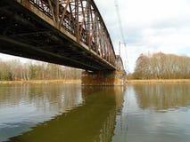 Κατασκευή της γέφυρας σιδήρου πέρα από τον ποταμό στα βαθιά δάση στο midle της Ευρώπης στοκ φωτογραφίες