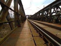 Κατασκευή της γέφυρας σιδήρου πέρα από τον ποταμό στα βαθιά δάση στο midle της Ευρώπης στοκ εικόνες