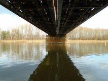 Κατασκευή της γέφυρας σιδήρου πέρα από τον ποταμό στα βαθιά δάση στο midle της Ευρώπης στοκ φωτογραφία με δικαίωμα ελεύθερης χρήσης