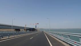 Κατασκευή της γραμμής σιδηροδρόμων της της Κριμαίας γέφυρας Γερανοί πύργων στην εργασία Σωροί που πνίγονται στο νερό της θάλασσας απόθεμα βίντεο