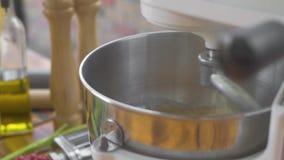 Κατασκευή της ζύμης με το αλεύρι kneader στη μηχανή για τα ιταλικά ζυμαρικά Να ζυμώσει αναμικτών κουζινών ζύμη για τη ζύμη Συστατ απόθεμα βίντεο