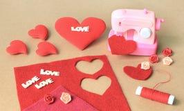 Κατασκευή της καρδιάς υφάσματος για την ημέρα του βαλεντίνου Στοκ εικόνα με δικαίωμα ελεύθερης χρήσης