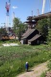 Κατασκευή της καλώδιο-μένοντης γέφυρας πέρα από την κατοικημένη αγροικία Στοκ Εικόνες