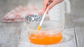 Κατασκευή της πορτοκαλιάς ζελατίνας Ανακατώστε τη ζελατίνα στο κύπελλο γυαλιού απόθεμα βίντεο