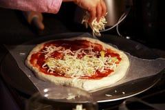Κατασκευή της σπιτικής πίτσας στοκ φωτογραφίες