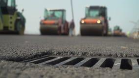 Κατασκευή του δρόμου ασφάλτου Τοποθέτηση του κυλίνδρου οδοστρωμάτων φιλμ μικρού μήκους